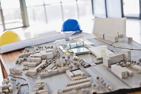 Bausellenbüro mit einem Modell einer Baustelle